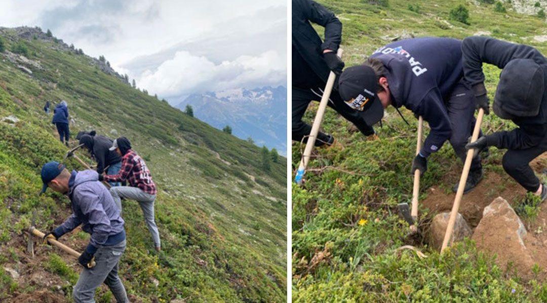 Mit Pickel und Schaufel: unsere Lernenden legen im Wallis neue Wanderwege an